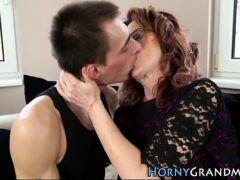 Filme pornográfico coroa de lingerie dando sua buceta