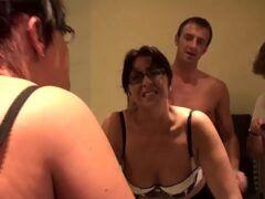 Gozando dentro do cu de uma mulher casada na frente do corno