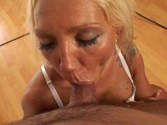 Mulher casada traindo o marido com vizinho dotado