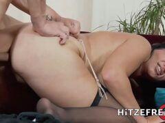 Porno 300 sexo anal na coroa vadia