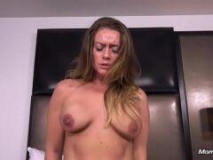 Coroa dona de casa fazendo pornô por dinheiro