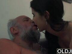 Idoso fazendo sexo com novinha piranha gostosa