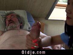 Porno idoso fazendo sexo com novinha asiática