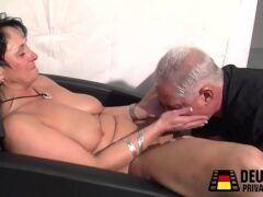 Puta velha com tesão no pornô transando gostoso