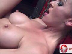 Mulher transando gostoso com machos dotados no pornô