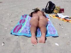 Mãe gostosa pelada na praia sendo filmada pelo filho
