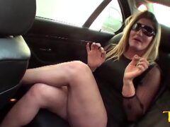 Alessandra Dias coroa loira dando pro motorista