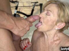Comendo velha pelada e dando leite na sua boquinha