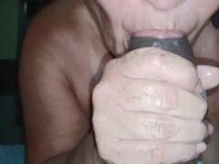 Coroa boca de veludo engolindo a mandioca